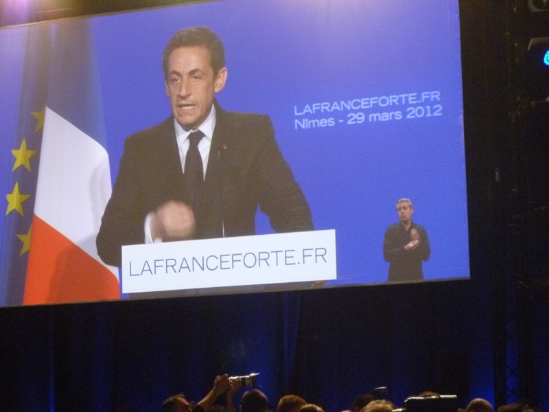 NÎMES : N. SARKOZY A VANTÉ SON COURAGE FACE À PRÈS DE 4.500 SUPPORTERS