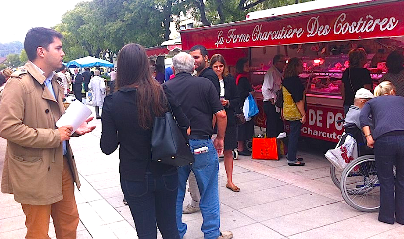 Distribution de tracts à Nîmes. D.R/