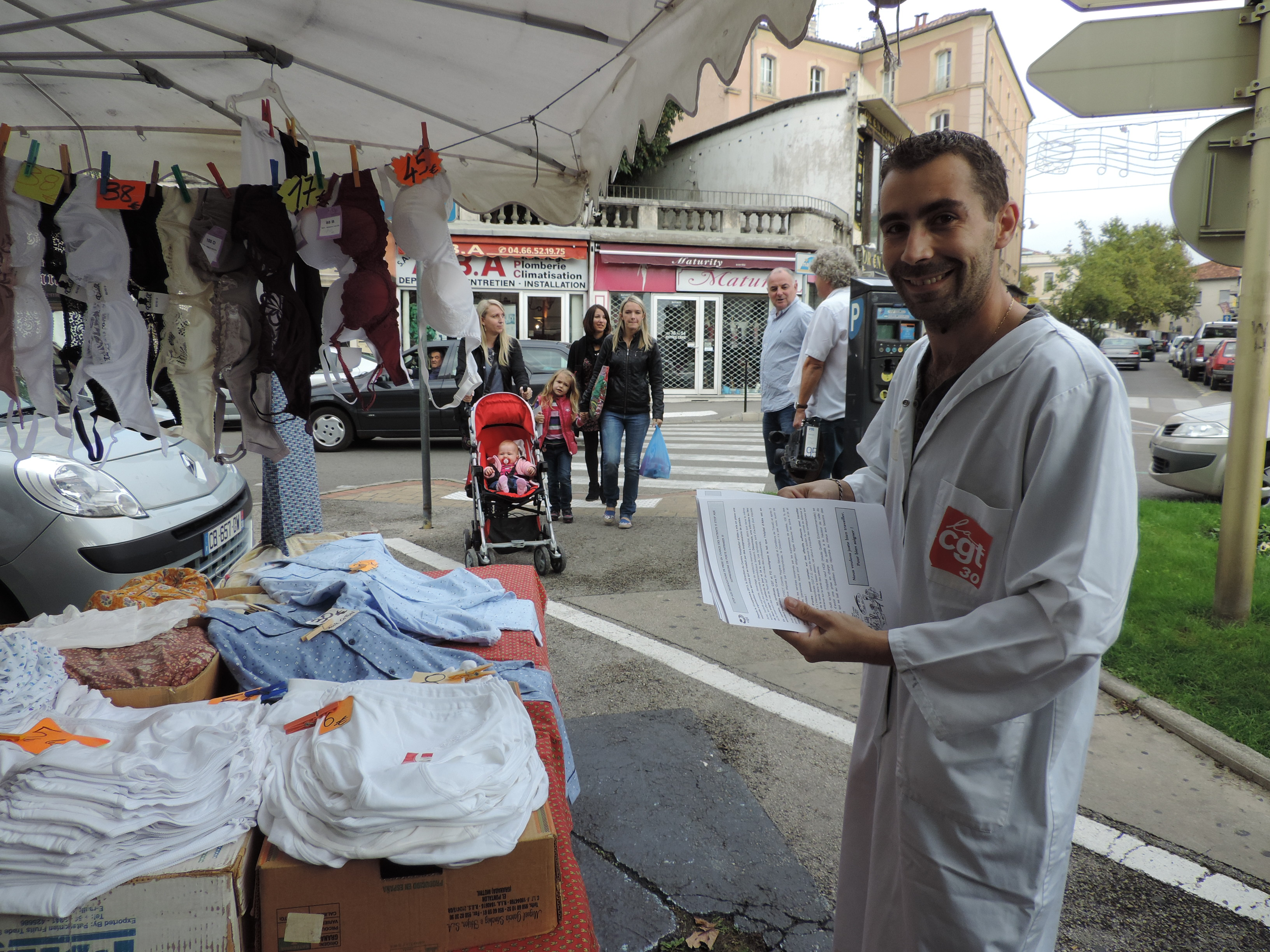 Photo of ALÈS Les agents hospitaliers distribuent 1000 tracts sur le marché