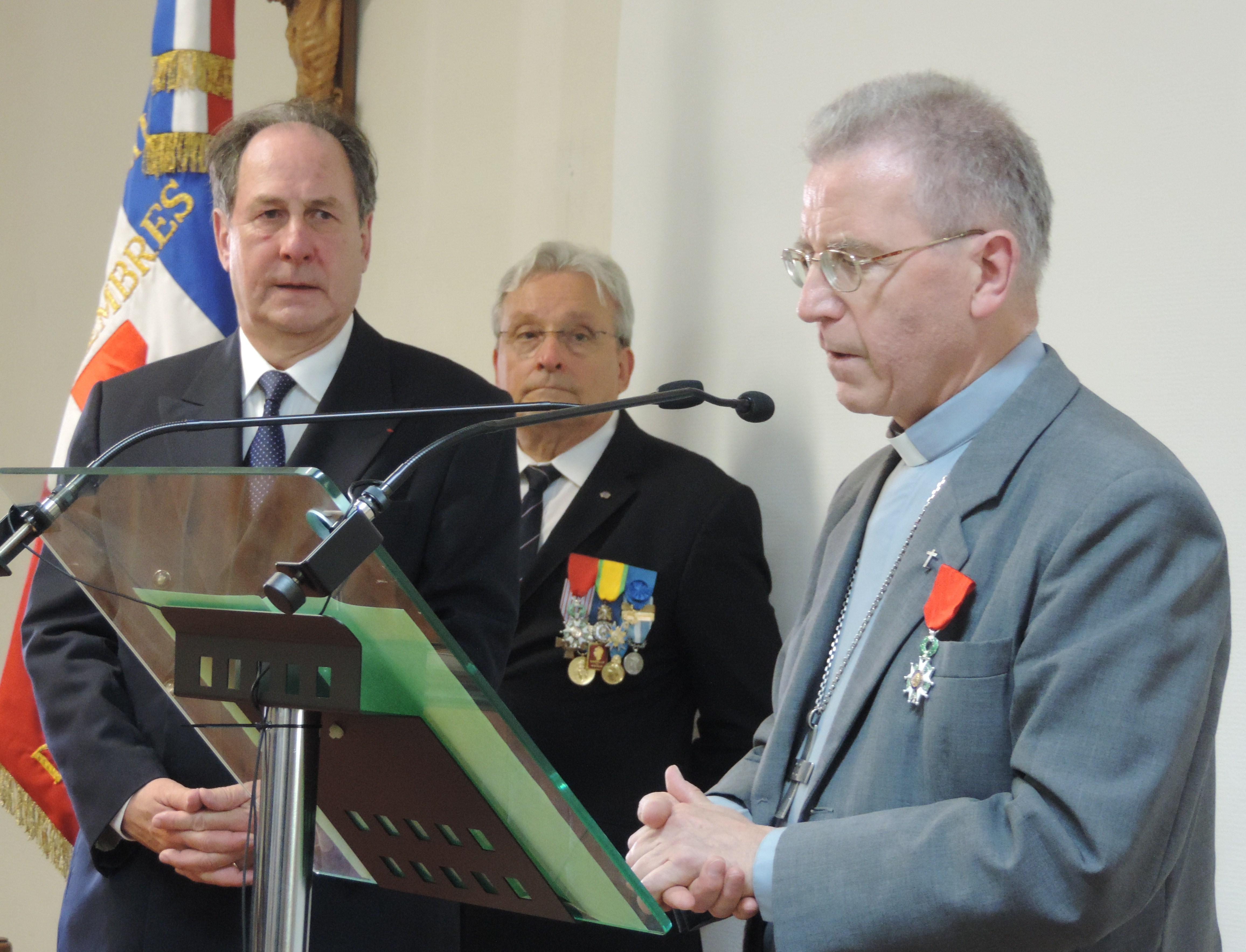 Photo of GARD Hugues Bousiges remet la légion d'honneur à Monseigneur Wattebled