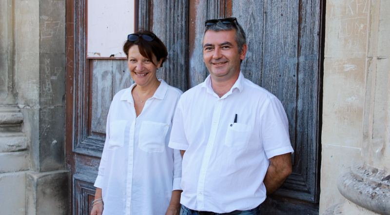 Christine Clerc et Christian Jourdan, devant la chapelle de l'Hôtel-Dieu (Photo : Thierry Allard / Objectif Gard)