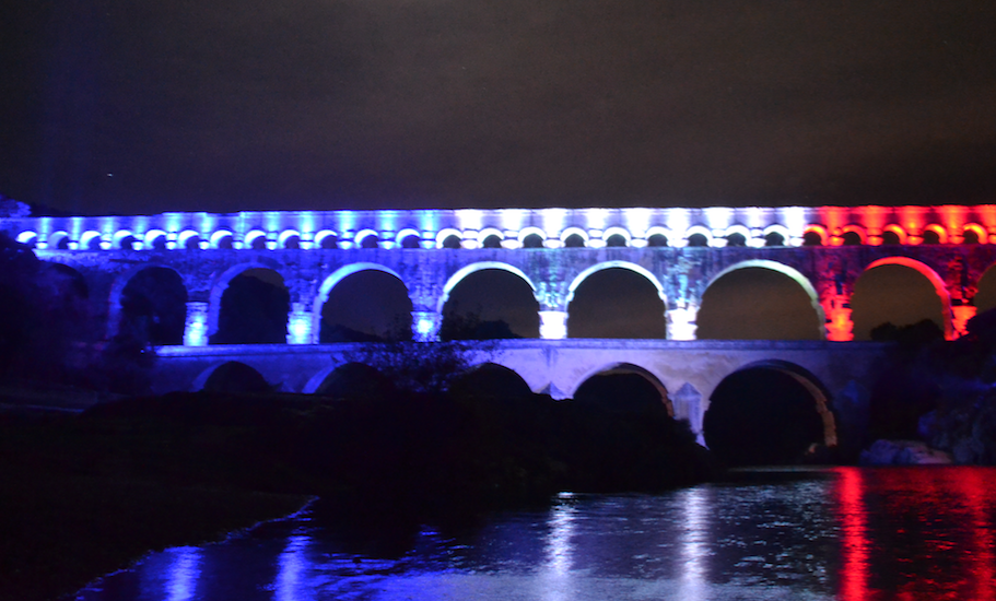 Photo of ATTENTATS DE PARIS Hommage : Le Pont du Gard s'éclaire en bleu, blanc, rouge