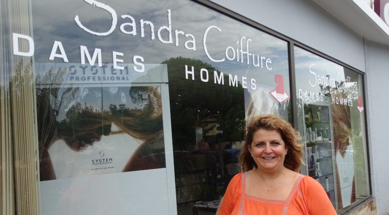 Sandra Peyrat devant son salon de coiffure. Photo Tony Duret / Objectif Gard