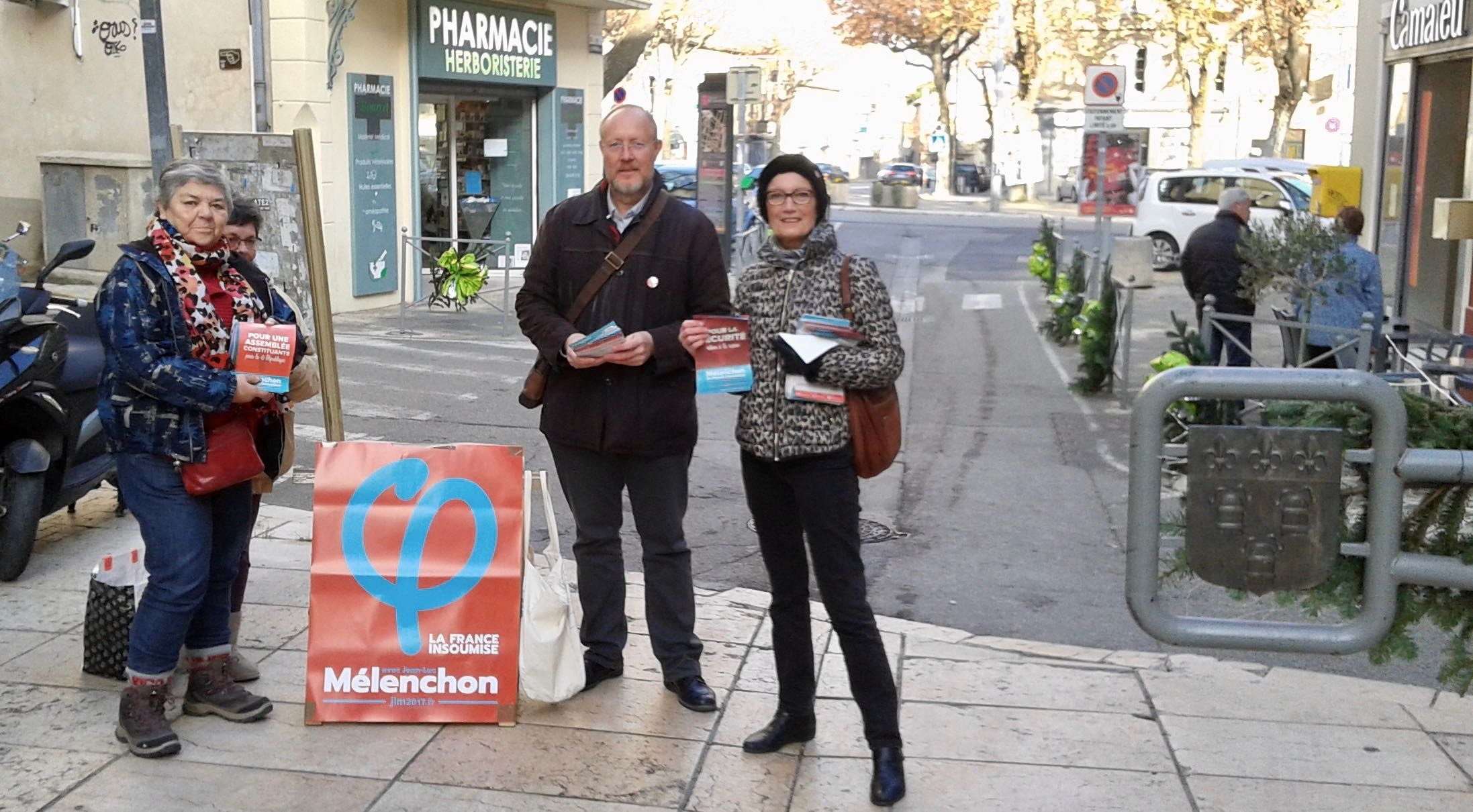 Photo of BAGNOLS Les militants de la France Insoumise dans les rues