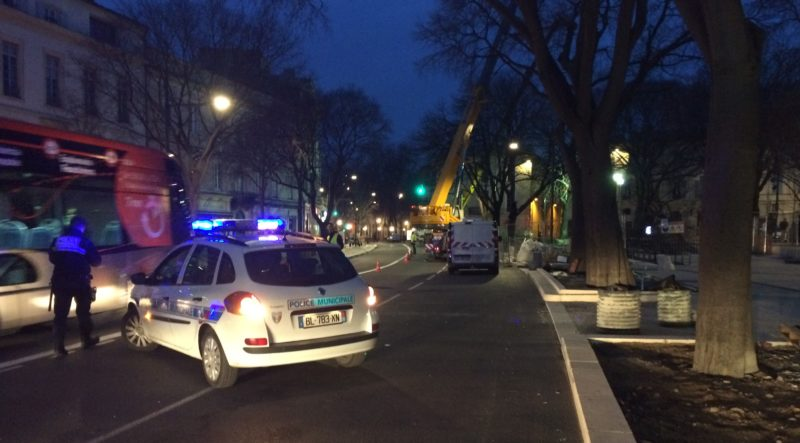 La Police Municipale bloquait le boulevard ou régulait la circulation en fonction de lavancée des abattages (Photo Anthony Maurin).