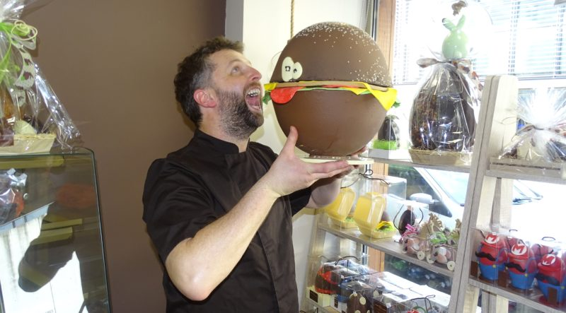 Le chocolatier Sylvain Veyret et son hamburger en chocolat de 4,3kg ! Photo Tony Duret / Objectif Gard