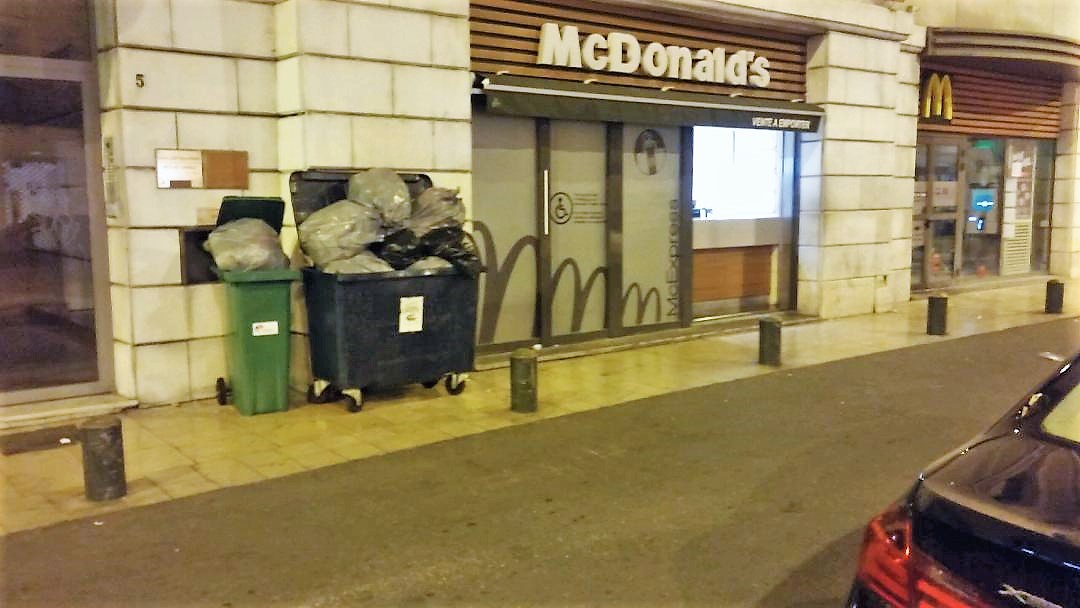 Photo of NÎMES Le Mac Do' de la Coupole a retrouvé ses poubelles !