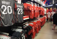 Photo of L'IMAGE DU JOUR Effervescence à Intersport pour la mise en vente des maillots du Nîmes Olympique